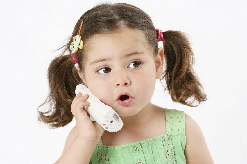 Девочка звонит по телефону