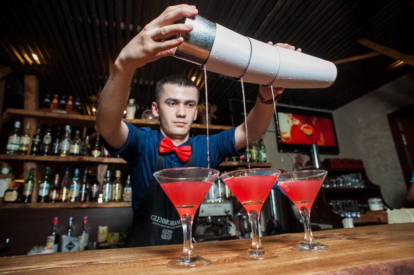 """как правильно поставить ударение в слове """"бармен"""""""